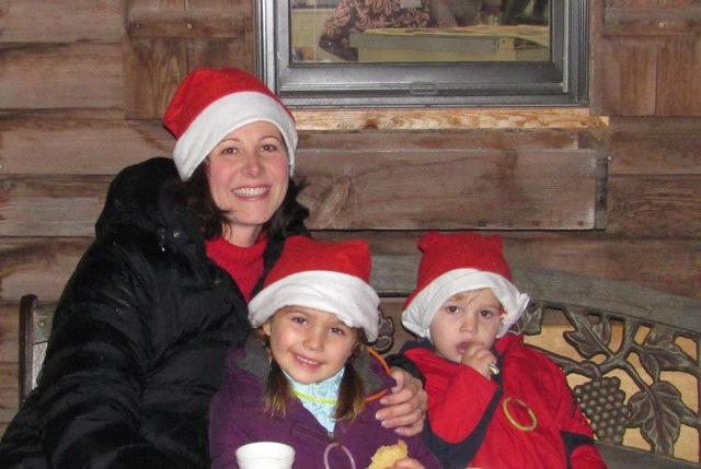 Sombreros de Papá Noel y chocolate caliente mamá y niños.