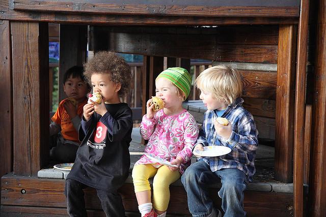 kids-eat-cupcakes