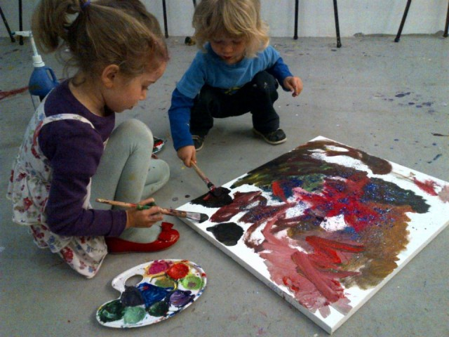 kids-paint-together