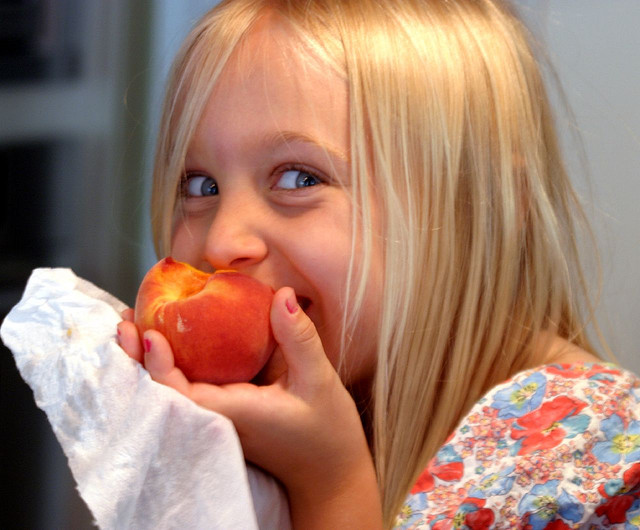 girls-eating-peach