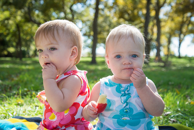twins-eating-outside