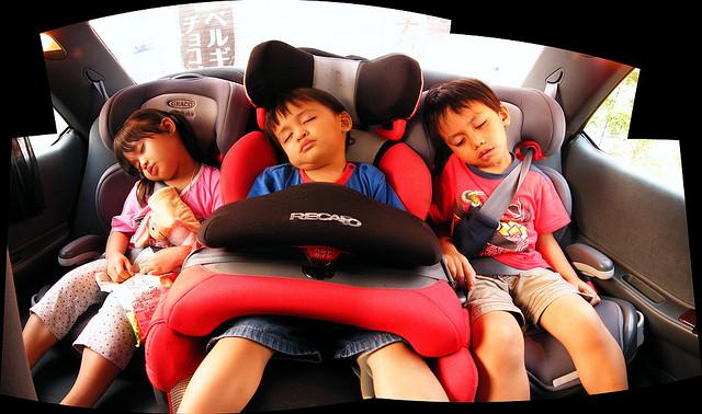 kids-sleep-in-car