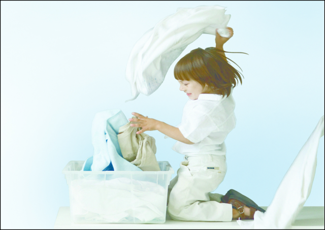 Kid_playing_with_laundry_plain