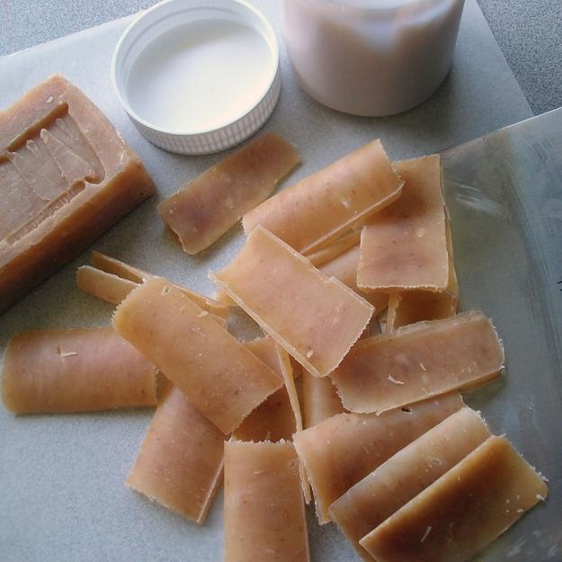 Hacer-hojas-de-jabón-de-un-uso-con-una-barra-de-jabón-y-un-pelador-de-verduras