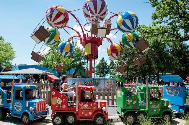 santas-village-balloons