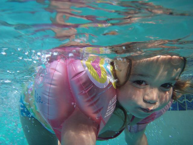 kid_swimming_pool_underwater