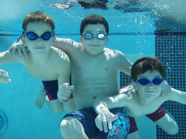kids_underwater_pool