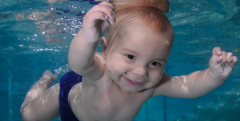 baby-underwater-swimming