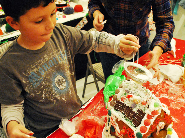 Gingerbread-House-Making-Sweet-Es