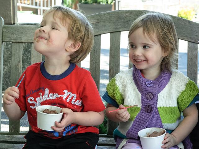 boy-girl-eating-ice-cream-frozen-yogurt-bench