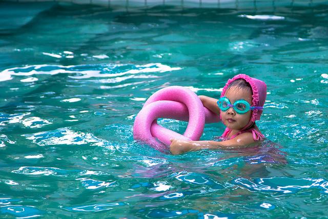 swim-girl-goggles