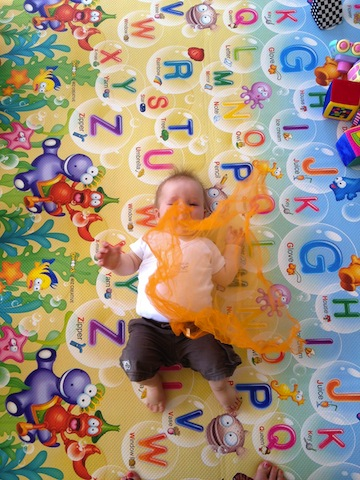 playwithscarves_playandlearningbeginsathome_getactivewithbaby_bump+baby_redtricycle