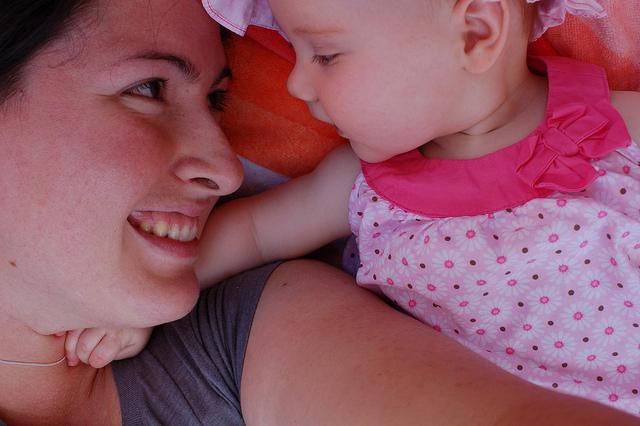 mom-baby-cuddle