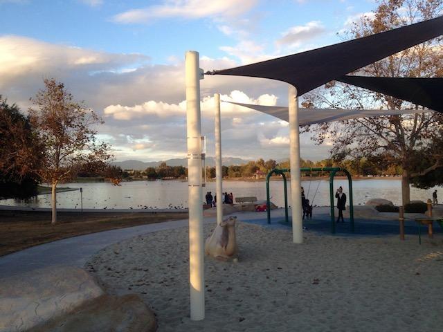 Parque Anthony C. Bielsen y lago Balboa al atardecer