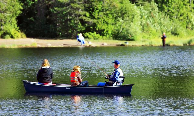 familia-pesca-en-canoa-flickr-cc-iansane