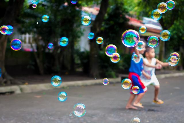 niños-burbujas-flickr-cc-brayn-montecillo