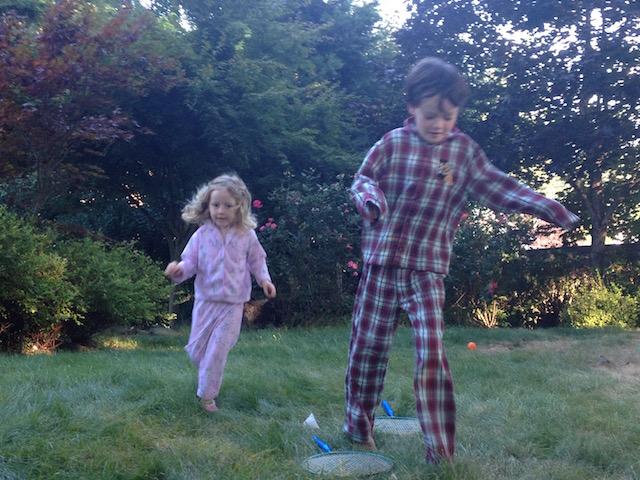 Niños corriendo afuera en pjs.