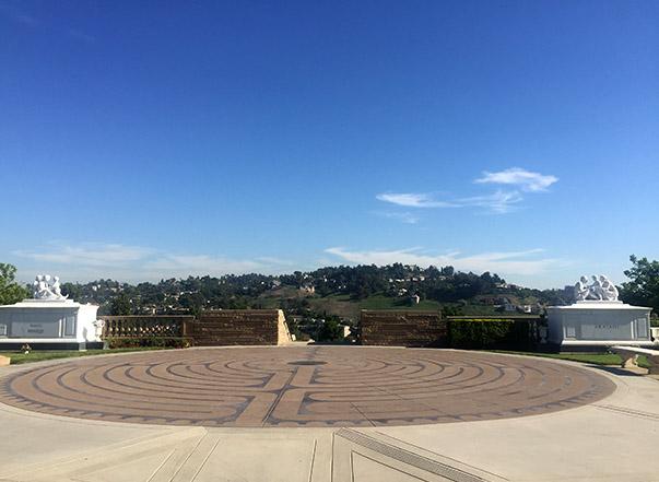 El Laberinto de Forest Lawn es pequeño pero ofrece increíbles vistas de Los Ángeles.  Se inspiró en la famosa espiral de Chartres, Francia.