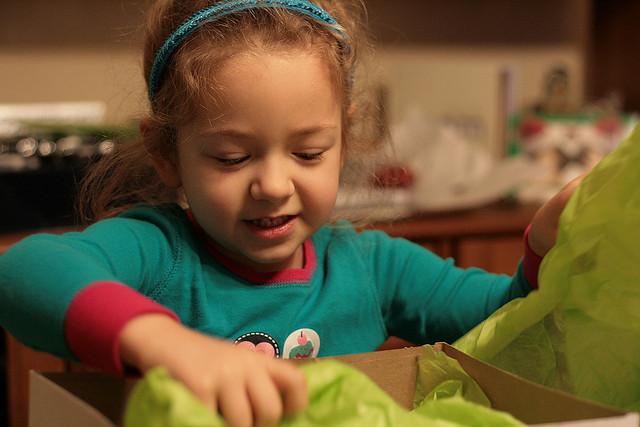 kid_opening_gift
