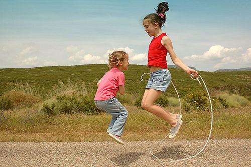 niños saltando saltar la cuerda