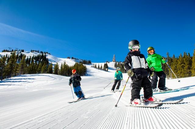 RT-SkiingFamily