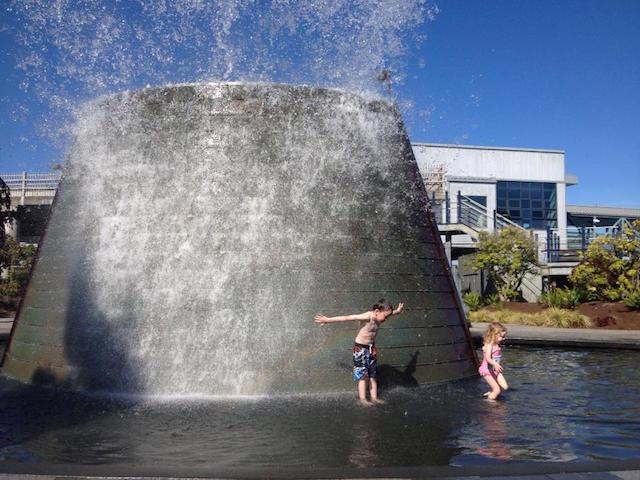 2 kids spalshing harborside fountains bremerton
