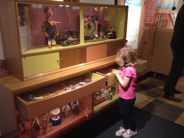 MOHAI Toys girl looks at western 50s