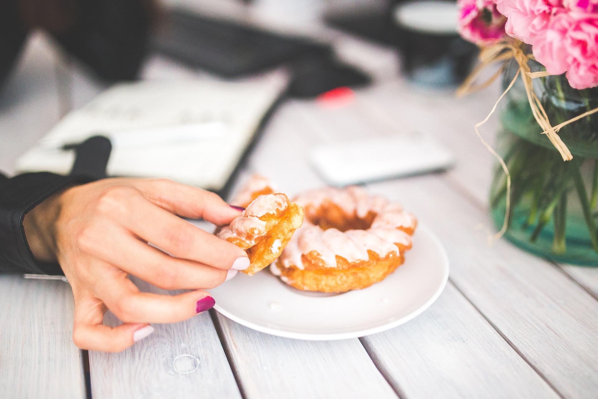 mujer con donut a través de pixabay
