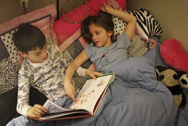 kids-in-bed-reading-woodleywonderworks-flickr