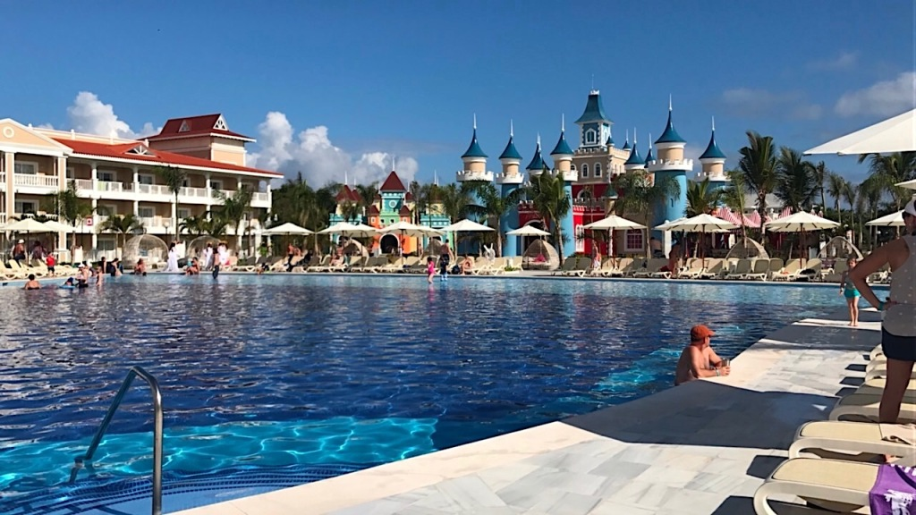 poolside_gabbycullen_luxurybahiaprincipefantasia_redtricycle