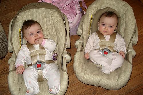 gemelos en asientos